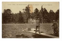 864 - Le Mont Dore - Salon Du Capucin - Tir Aux Pigeons (tireur Et Homme Actionnant Le Départ Des Disques) Circulé - Waffenschiessen