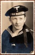 Carte Photo Originale Guerre 1939-45 Portrait D'un Marin De La Kriegsmarine - 7/184 Kiel 7/184 - Polyfoto - Guerra, Militari