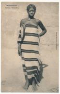 CPA - MADAGASCAR - Femme Antandroy - Affranchissement 0,5c Sultanat D'Anjouan (groupe) Oblit Tananarive - Madagascar