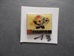 PIN'S - FOOTBALL - UEFA 98 Mascote  Pub Fujifilm   - Voir Photo ( 13 ) - Voetbal