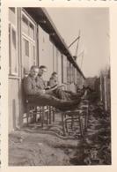 Foto Deutsche Soldaten Beim Lesen Vor Einer Baracke - 2. WK -  8*5cm (43881) - Krieg, Militär