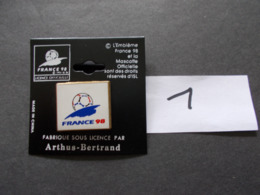 PIN'S - FOOTBALL - COUPE DU MONDE France 98 ARTHUS BERTRAND Embleme   - Voir Photo ( 1 ) - Voetbal