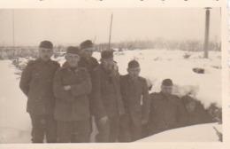 Foto Deutsche Soldaten Vor Unterstand Im Winter - 2. WK -  8*5cm (43882) - Krieg, Militär