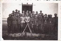 Foto Gruppe Deutsche Soldaten Mit Stahlhelmen Und Gewehrpyramide - Palanka Serbien - 2. WK -  8*5cm (43883) - Krieg, Militär