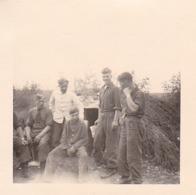 Foto Deutsche Soldaten Vor Eingang Zu Unterstand - 2. WK -  5,5*5,5cm (43885) - Krieg, Militär