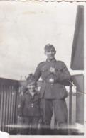 Foto Deutscher Soldat Mit Kleinem Buben - Bahnhof Neunhofen 1943 -  8*5,5cm (43886) - Krieg, Militär
