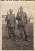Foto 2 Deutsche Soldaten Mit Gewehren - 1943 -  8*5cm (43887) - Krieg, Militär