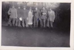 Foto Gruppe Deutsche Soldaten - Ein Teil Unserer Gruppe - Fliegeralarm Beendet - 1944 -  8*5,5cm (43889) - Krieg, Militär