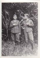 Foto 2 Deutsche Soldaten Mit Zigaretten - 1940 -  8*5,5cm (43890) - Krieg, Militär