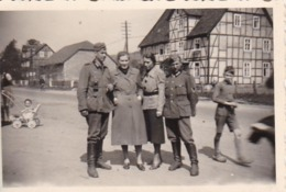 Foto 2 Deutsche Soldaten Mit Frauen - Kinder Kinderwagen - 2. WK -  8*5cm (43891) - Krieg, Militär