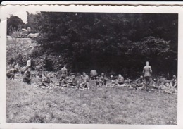 Foto Deutsche Soldaten Bei Rast Am Waldrand - 2. WK -  8*5cm (43892) - Krieg, Militär