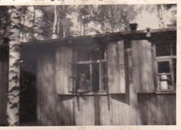 Foto Deutscher Soldat Am Fenster Einer Baracke - 2. WK -  8*5cm (43893) - Krieg, Militär