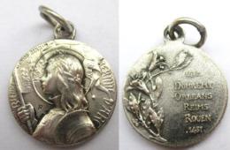 PETIT PENDENTIF MEDAILLE EN ARGENT JEANNE D ARC BIENHEUREUSE JESUS MARIA 1412 DOMREMY ORLEANS REIMS ROUEN 1431 - Jewels & Clocks