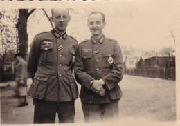 Foto 2 Deutsche Soldaten - Abzeichen - 2. WK -  8*5cm (43894) - Krieg, Militär