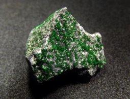 Uvarovite ( TL ) On Matrix ( 1.5 X 1.5 X 1 Cm ) Saranovskii Mine - Sarany - Permskaya Oblast - Ural - Russia. - Mineralen