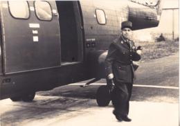 PHOTO HELICOPTERE  LE GENERAL  MOUTON A LA DESCENTE DU SA 330  A VALENCE CHABEUIL OCT 1968   FORMAT 16 X 22 VOIR VERSO - Zonder Classificatie