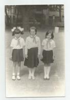 Schoolgirls Pose For Photo Q592-246 - Persone Anonimi