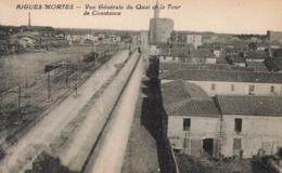 AIGUES-MORTES - Vue Générale Du Quai Et La Tour De Constance - Aigues-Mortes