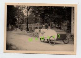 PHOTO - VELOCAR - COUPLE DONT LA DAME CONDUIT CETTE AUTOMOBILE - Automobiles
