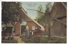CP1139 Netherlands 1926 Twentsch Snapshot Schnappschuss Ältere Frau Am Brunnen - Otros