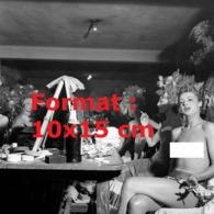Reproduction Photographie Ancienne De Danseuses Des Folies Bergères Très Dénudées Fumant Une Cigarette En Loge En 1953 - Reproductions