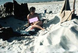 Retirage Photo Couleur FKK & Pin-Up Posant Nue Sur La Plage En 1964 - Naturisme Et Corps En Liberté ! - Riproduzioni