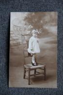 Carte Photographique D'une Petite Fille Debout Sur Une Chaise - Retratos