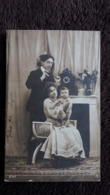 CPA COUPLE PAPA MAMAN PORTANT SON ENFANT NU  B N K 1904 - Coppie