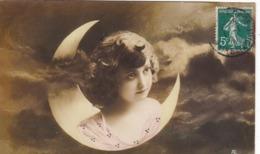 CARTE FANTAISIE. CPA BRILLANTE GLACÉE.  ENFANT ET CROISSANT DE LUNE. PRESQUE UN ANGE.. ANNEE 1911 - Portraits