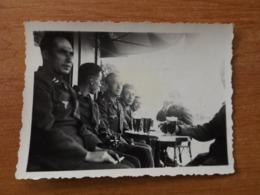 VERSAILLES WW2 GUERRE 39 45 SOLDATS ALLEMANDS APRES LA VISITE DU CHATEAU ON BOIT UNE BIERE - Versailles