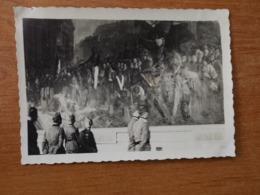 VERSAILLES WW2 GUERRE 39 45 SOLDATS ALLEMANDS EN VISITE  SALLE DES BATAILLES DEVANT UN TABLEAU - Versailles