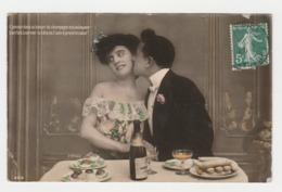 Fantaisie Couple à Table Avec Bouteille De Champagne Et Petits Gâteaux En 1909 - Couples