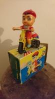 ENFANT SUR MOTO EN TOLE AVEC SA CLE 1965 ESPAGNE AVEC BOITE JOUET N°304 VERCOF - Antikspielzeug