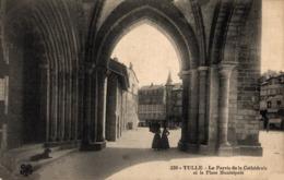 9158  -2019  TULLE   LE PARVIS DE LA CATHEDRALE - Tulle