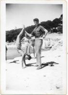 PHOTO - Jeune Femme En Mailot De Bain Faissant Le Poirier Sur La Plage - LA COURONNE  -  9 X 6,5 Cm - Photographs