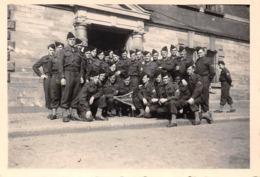 Lot De 2 Photographies : élèves De L'Ecole Militaire De Cadres De ROUFFACH / Colmar En Visite à PARIS En Mai 1946 - - Guerre, Militaire