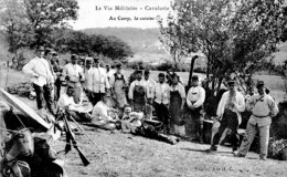 VIE MILITAIRE -CAVALERIE AU CAMP LA CUISINE ,BEAU PLAN,ARMES REF 61192 - Régiments