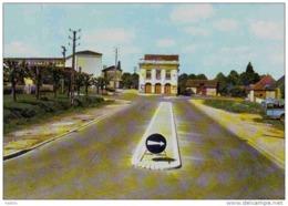 Carte Postale 45.  Courtenay  La Salle Des Fêtes  L'école Et Le Mail Trés Beau Plan - Courtenay