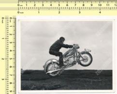 REAL PHOTO Motorcycle Driver Jump On BMW Motorbike In Air, Moto ORIGINAL VINTAGE SNAPSHOT PHOTOGRAPH - Motor Bikes