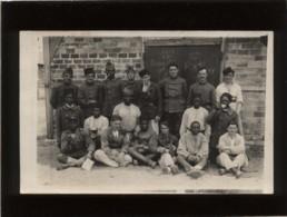 Carte Photo Groupe De Militaires Dont Tirailleurs Sénégalais  1er RAE 4e Batterie Réservistes , 4 Sur Un Képi 12 Sur Col - Oorlog 1939-45