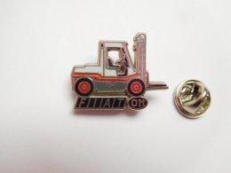 Superbe Pin's En Zamac , Matériel De Manutention , Chariot élévateur Fiat OM , Signé Ballard - Autres