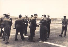 VALENCE CHABEUIL  TARMAC DE L'AEROPORT OCT 1968   FORMAT 16 X 22  INSPECTION DES GENERAUX DE L'ARMEE VOIR VERSO - Zonder Classificatie