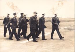 VALENCE CHABEUIL  TARMAC DE L'AEROPORT OCT 1968   FORMAT 16 X 22  INSPECTION DES GENERAUX DE L'ARMEE - Zonder Classificatie
