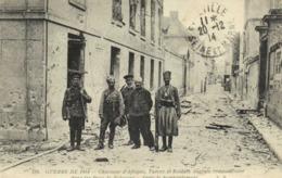 Guerre De 1914 Chasseur D'Afrique Turcos Et Soldats Anglais Sympathisant Dans Les Rues De Soissons Après Le Bombardement - Soissons