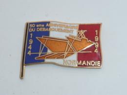 Pin's 50° ANNIVERSAIRE DU DEBARQUEMENT EN NORMANDIE, DRAPEAU - Militaria