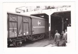 PHOTO Originale Train Wagon Couvert XP De La British Railways Entrant Dans Un Ferry Des Années 60 - Trenes