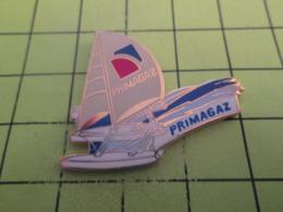 810e Pin's Pins / Beau Et Rare / THEME : BATEAUX / VOILE VOILIER CATAMARAN On Rigole PRIMAGAZ Par BADGES IMPACT - Barcos