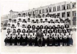 Grande Photo Originale Scolaire - Photo De Classe Mixte Au Japon & Jeunes Collégiens En Uniformes Vers 1950/60 - Anonyme Personen