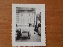 LE MANS WW2 GUERRE 39 45  SIDE CAR ALLEMANDS ET VEHICULE  GARE DEVANT BOURSE COMMERCE KOMMANDANTUR PHOTO PRETRE - Le Mans