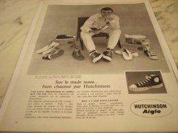 ANCIENNE PUBLICITE SUR LE STADE CHAUSSE PAR HUTCHINSON AIGLE   1961 - Vintage Clothes & Linen